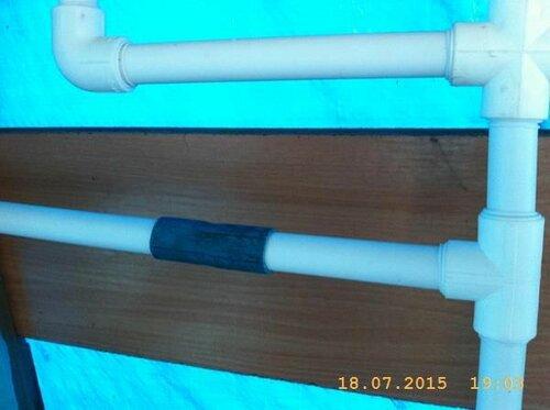 Трубы соединеты резиновыми муфтами для быстрой разборки