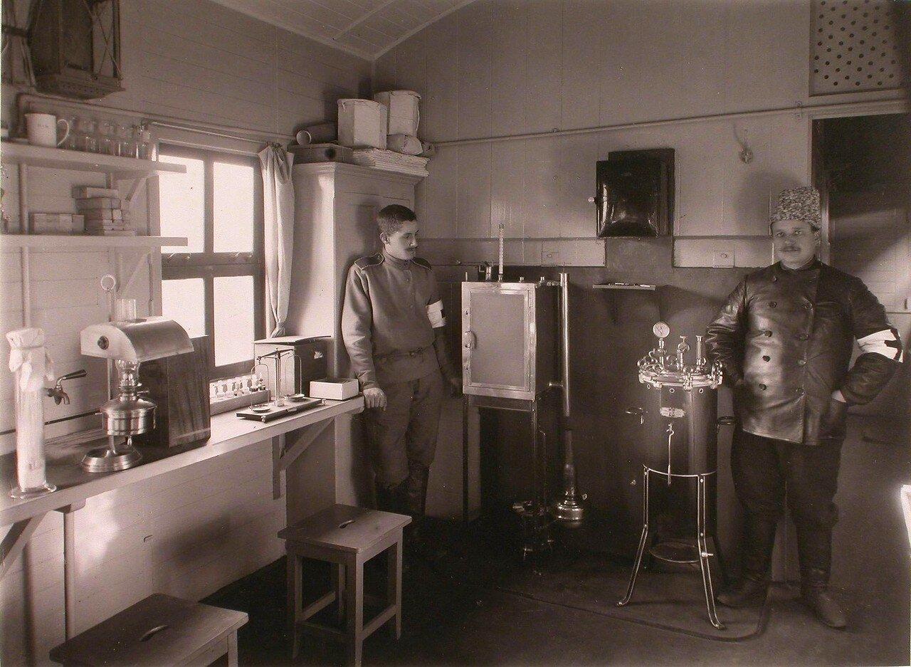 11. Члены санитарно-эпидемического отряда в вагоне-лаборатории