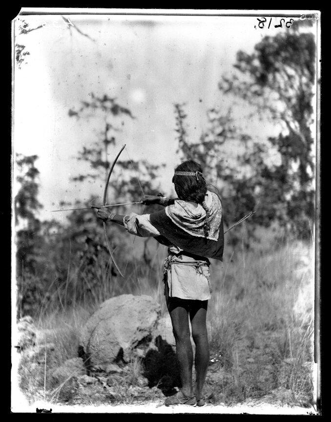 1898. Мужчина из племени Уичоли стреляет из лука
