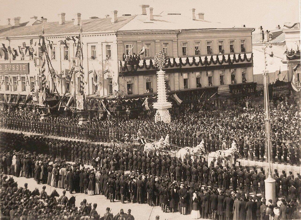 Карета Обер-гофмаршала высочайшего двора на Страстной площади  в день торжественного въезда императора Николая II и императрицы Александры Федоровны в Москву