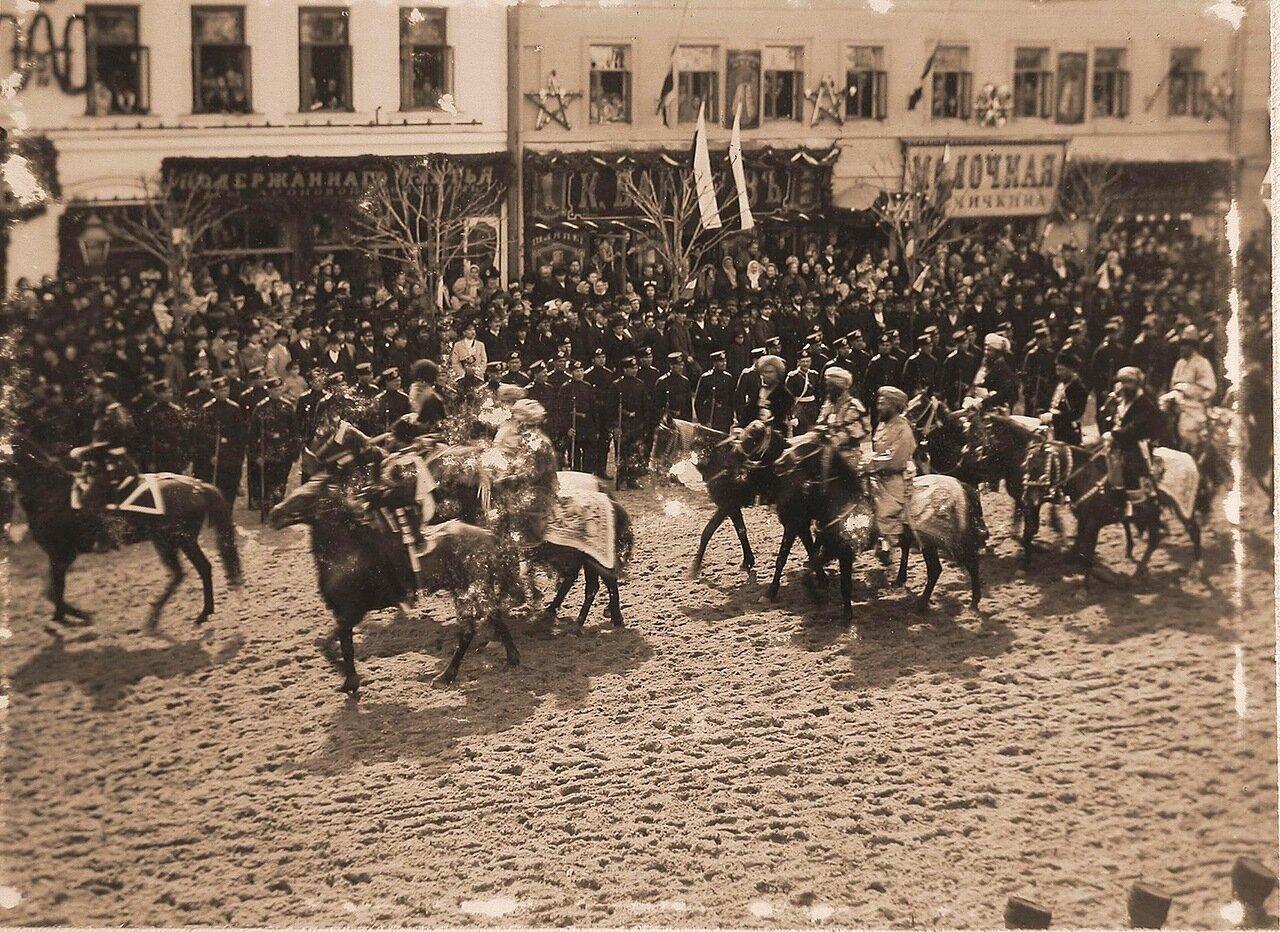 Прохождение представителей азиатских депутаций поТверской улице в день торжественного въезда императора Николая II и императрицы Александры Федоровны  в Москву