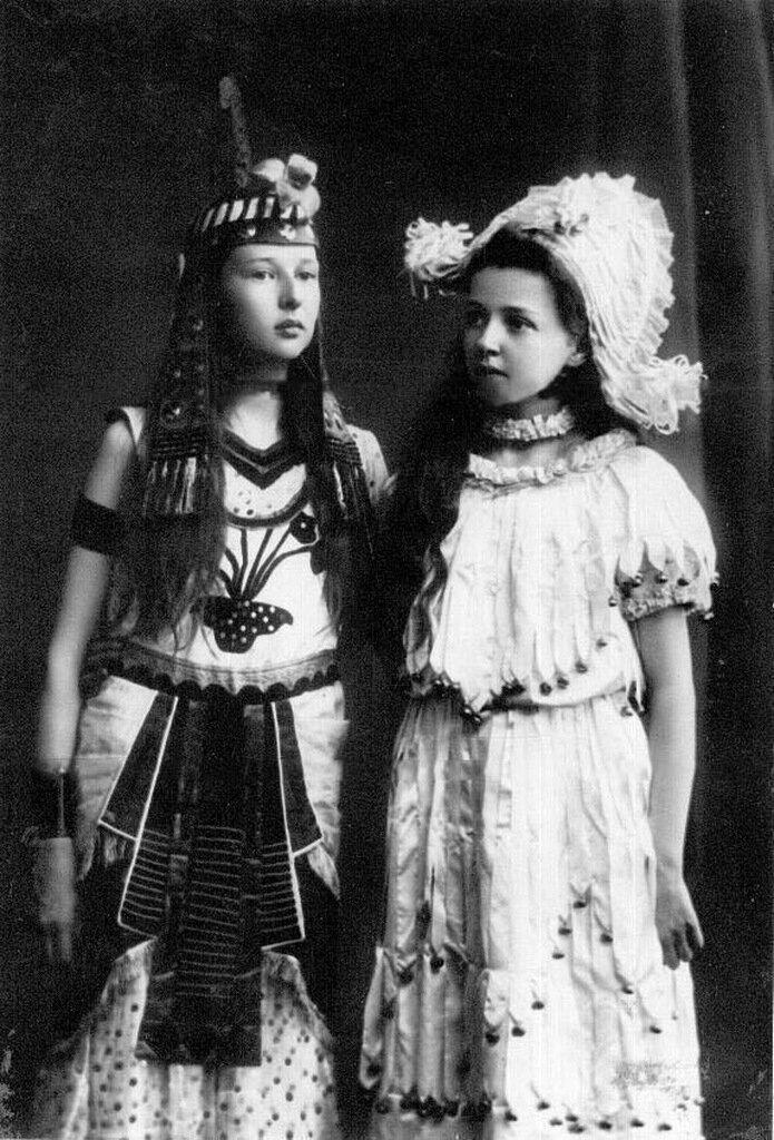 Дочери П.А.Столыпина Ольга (слева) и Александра в маскарадных костюмах