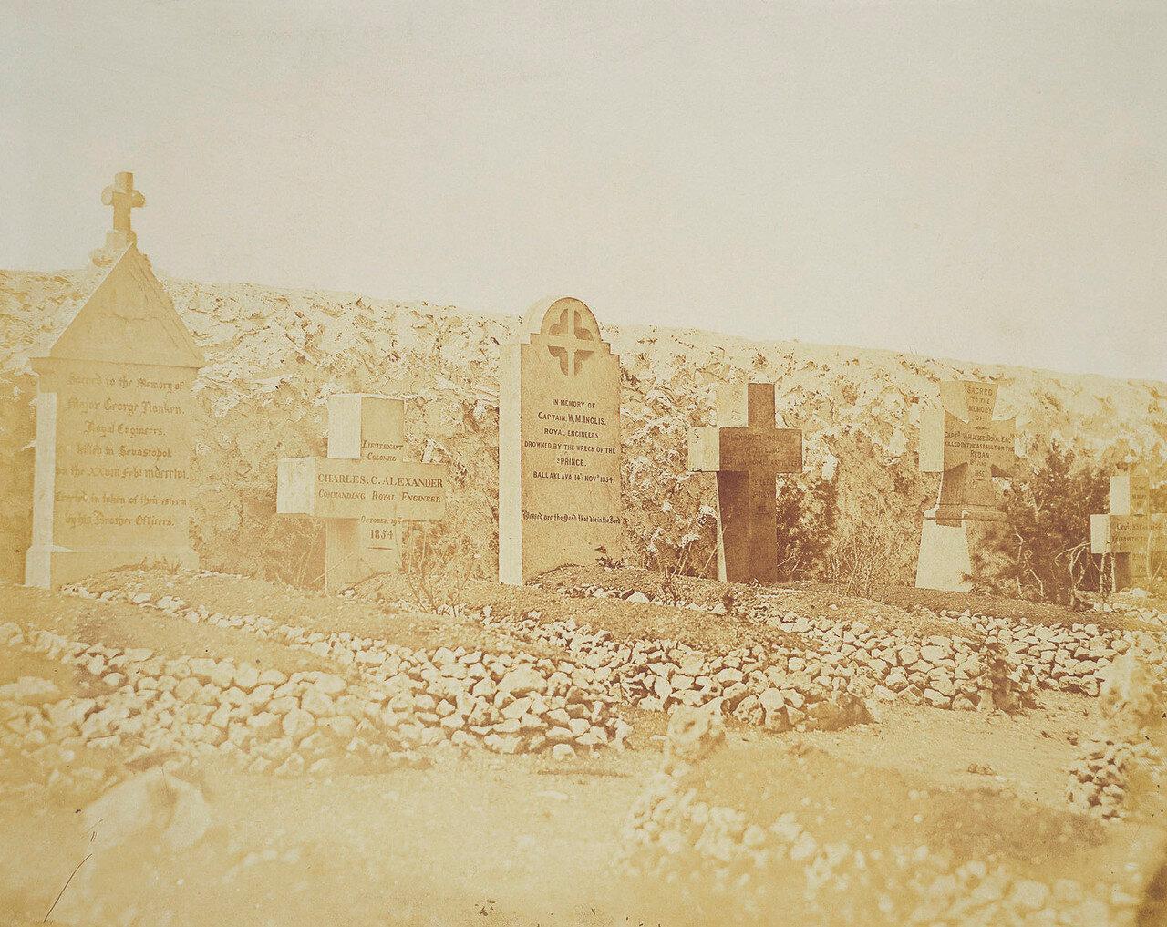 Могилы офицеров Королевского инженерного корпуса на  британском кладбище