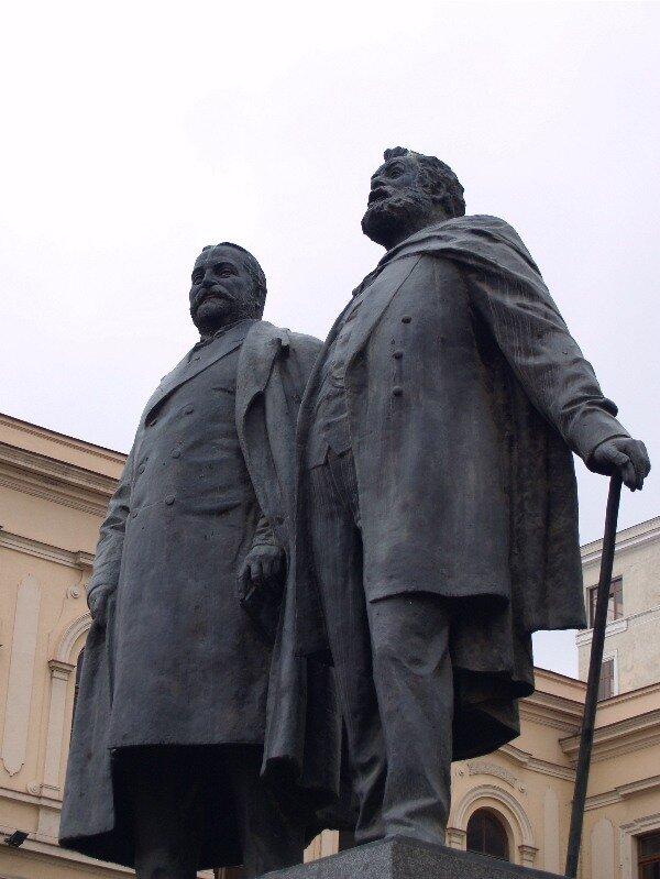 Илья Чавчавадзе и Акакий Церетели около школы №1