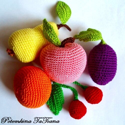Вязаные крючком фрукты и ягоды.  Связаны из хлопка 100%.  Грушка, мандарин, яблоко, вишня, слива.