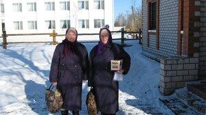 Сёстры Антонина Федотьевна и Екатерина Федотьевна с покупками.