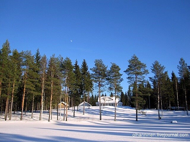 Луна над замерзшим озером и домиком с белыми колоннами в Финляндии