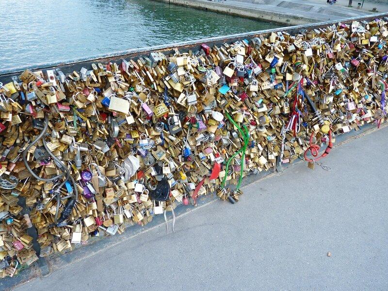 Мост Искусств в Париже, увешанный замками
