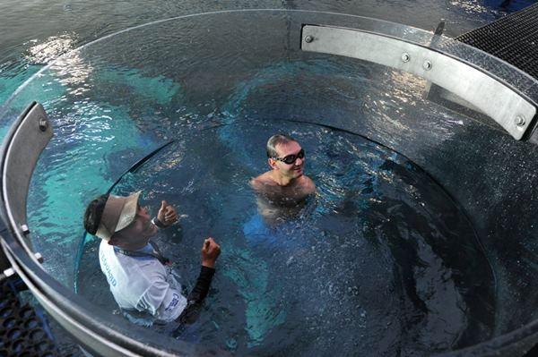Ник Вуйичич поплавал в воде со смертельными акулами 0 12da8c 95fd312 orig