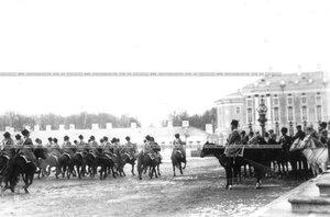 Подразделение полка проходит маршем мимо принимающего парад императора Николая II.