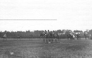 Церемониальный марш конногвардейцев в исторических формах на параде в честь 250-летия полка  .