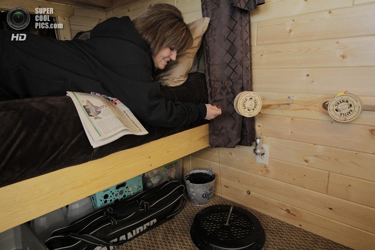США. Мил-Лакс, Миннесота. Кэти Кранц ловит рыбу, не вставая с собственной кровати.jpg