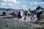 1944-09-14 Солдат puimassa зерна в каждом городе, малого Саран пишет. Примечание: Же ситуация, описанная черно-белую фотографию ЭСКО 162808 SA-вокруг этих данных. Место: Суйстамо