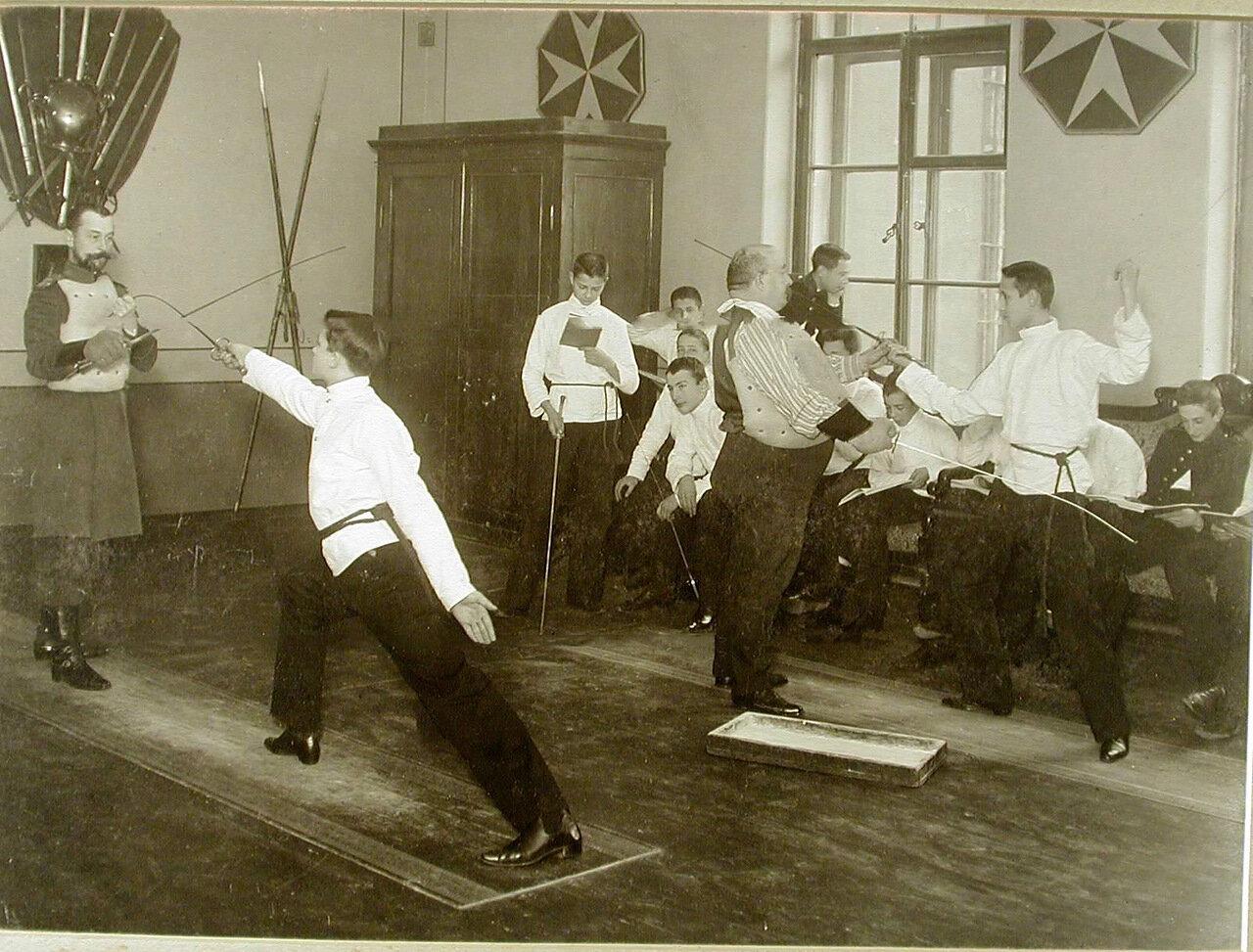 13. Воспитанники с преподавателями на уроке фехтования