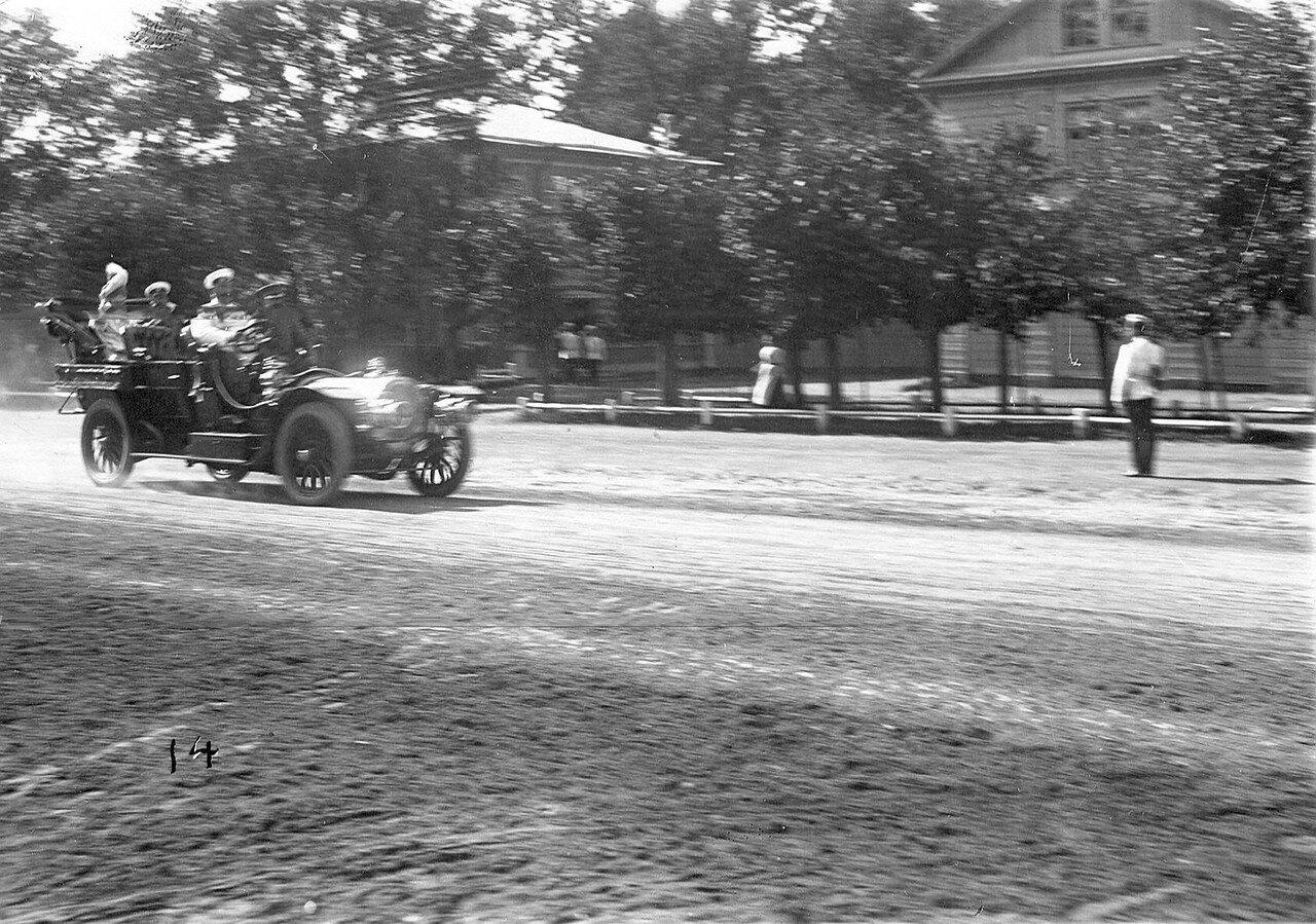 35. Император Николай II уезжает со скачек в автомобиле