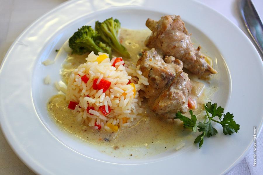 Кролик в сметанном соусе, рис, капуста брокколи на пару