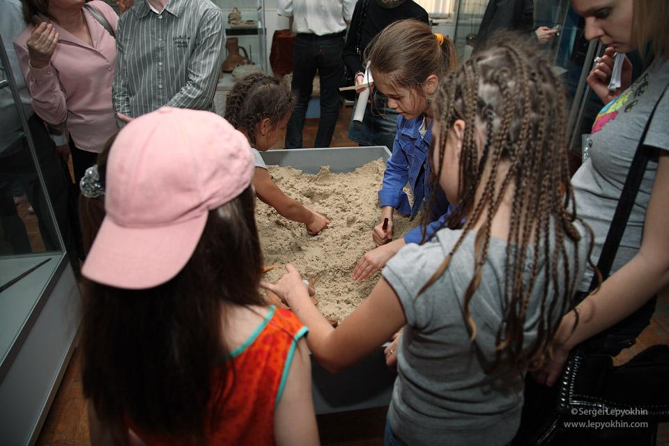 В зале «Археология» желающие принимали участие в древних раскопках. Акция «Ночь в музее» в Волгоградском областном краеведческом музее.