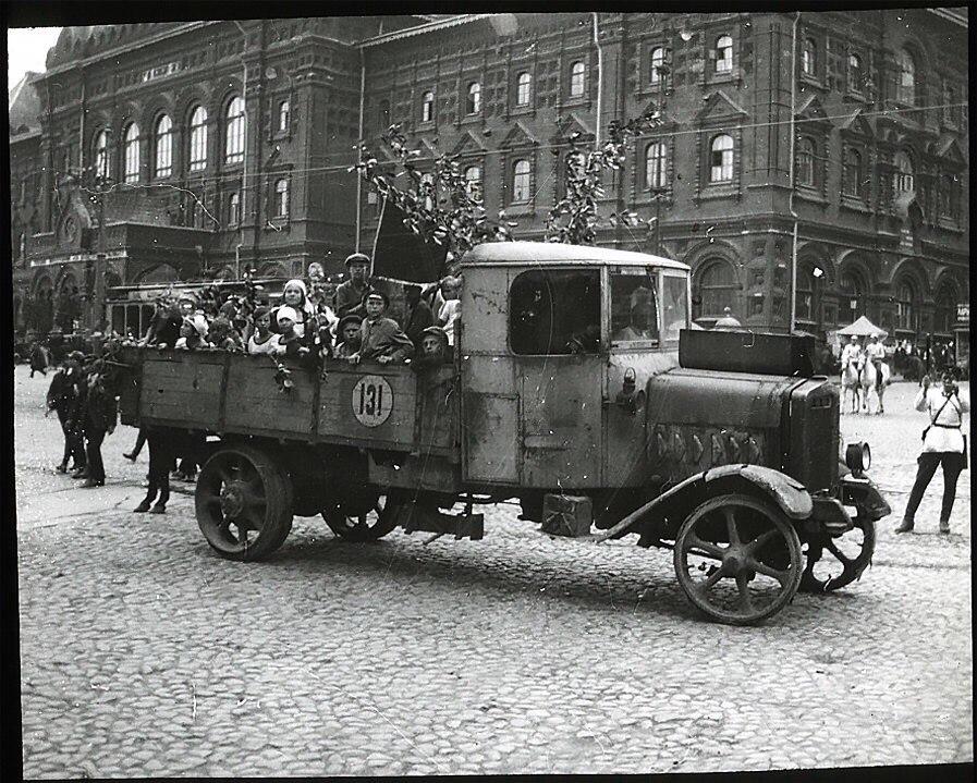 Пионеры на площади Революции.1925 год..jpg