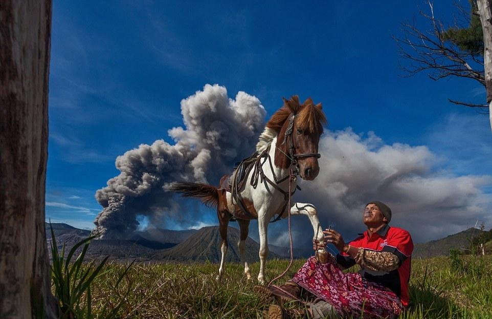 Смелый индонезийский народ, живущий вблизи извергающегося вулкана