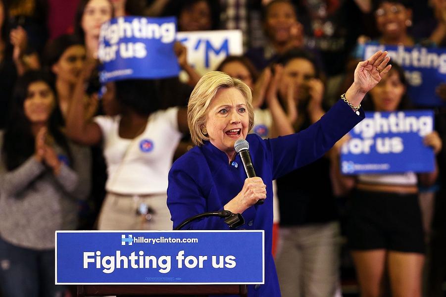 Клинтон выступает на митинге 1 июня 2016 года, в Нью-Джерси, Ньюарк  Spencer Platt.png