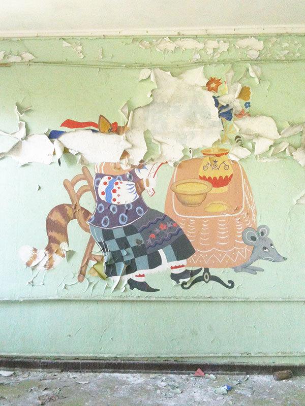 Сокровенная ностальгия: о чем могут рассказать стены заброшенных советских квартир (29 фото)