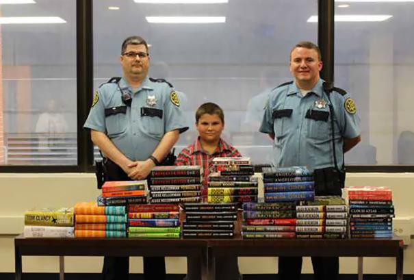 9-летний мальчик купил на сэкономленные деньги книги, чтобы пожертвовать их в местную тюрьму.