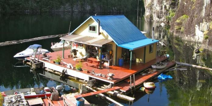 Плавучий дом площадью 63 кв. метра на озере в Канаде (24 фото)