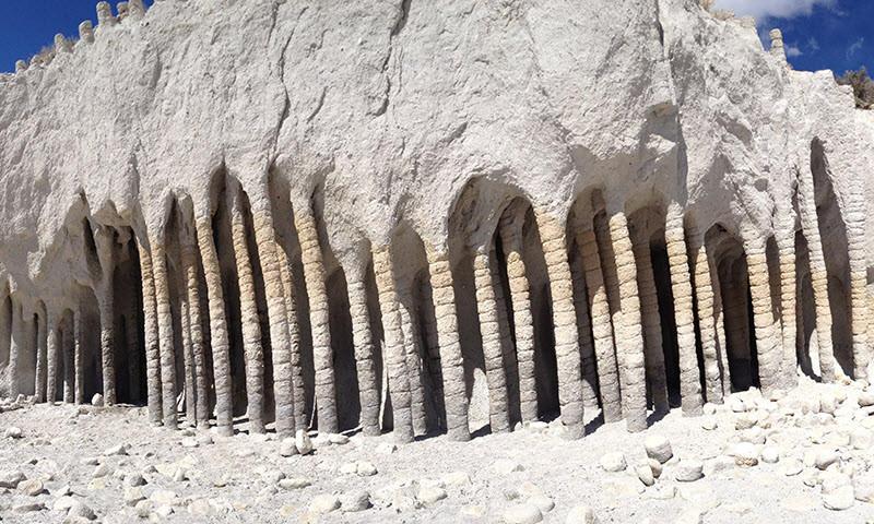 1. За миллионы лет эти столбы были полностью покрыты мягкими породами и скрыты от глаз, и остались б
