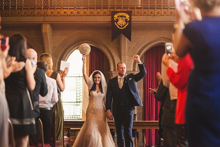 Они поженились под флагом с гербом Хогвартса.