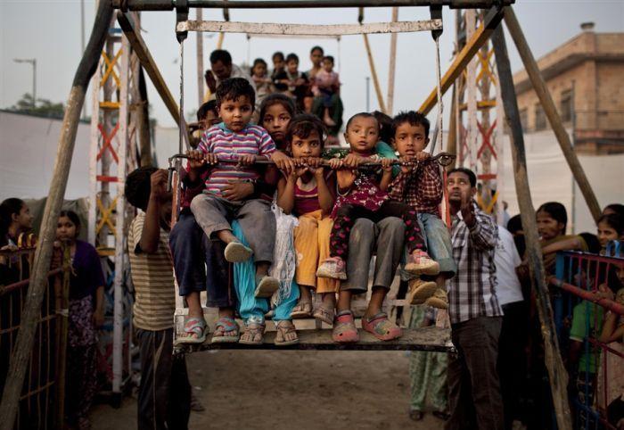 Колесо обозрения на человеческой тяге в Индии ...