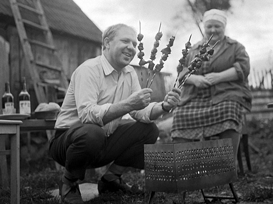 Клоун Олег Попов в гостях у родителей на даче, 1968 год. Фото Вячеслава Ундасина / Фотохроника ТАСС