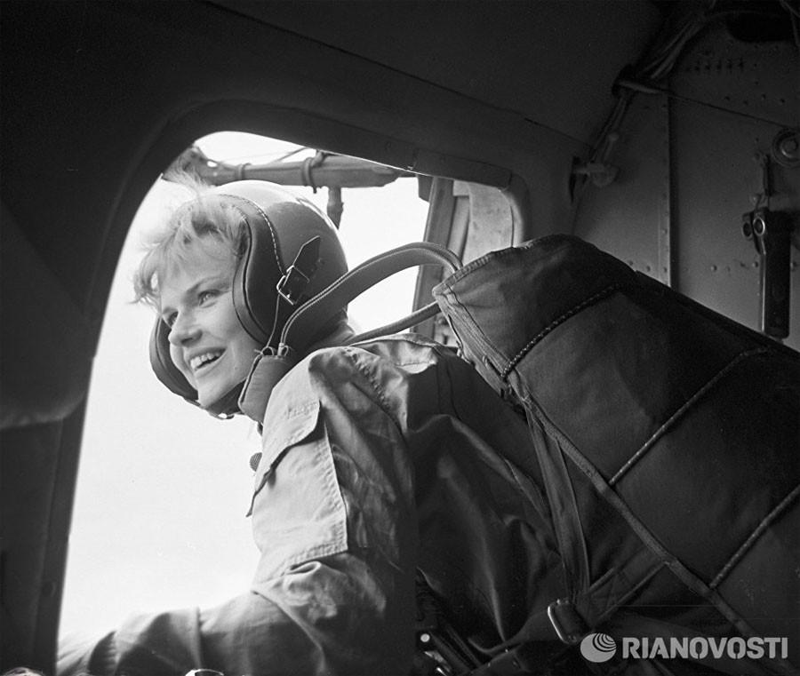 Советская актриса Александра Яковлева прыгает с парашютом, 1985 год. Фото В. Сорокина / РИА Новости