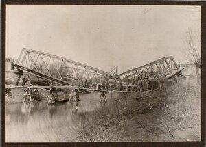 Бойцы саперной роты наводят временный мост через реку Виар; на втором плане - взорванные мосты.