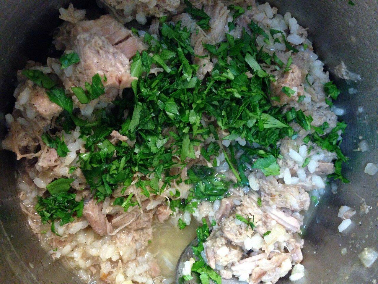 Лук, говяжью тушенку и рис готовить на медленном огне