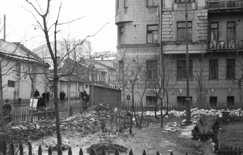 70215 Угол Климентовского и Малой Ордынки Александр Иванович Хлупнов кон. 50-х.jpg