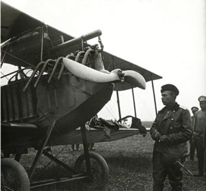 124. 1916. Подпоручик авиации у австрийского аэроплана «Авиатик-Берг-С»