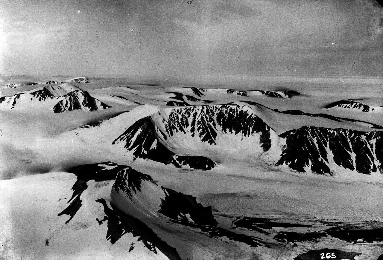 1931. Новая Земля. Вид с воздуха на горные хребты Новой Земли в северо-восточной части острова