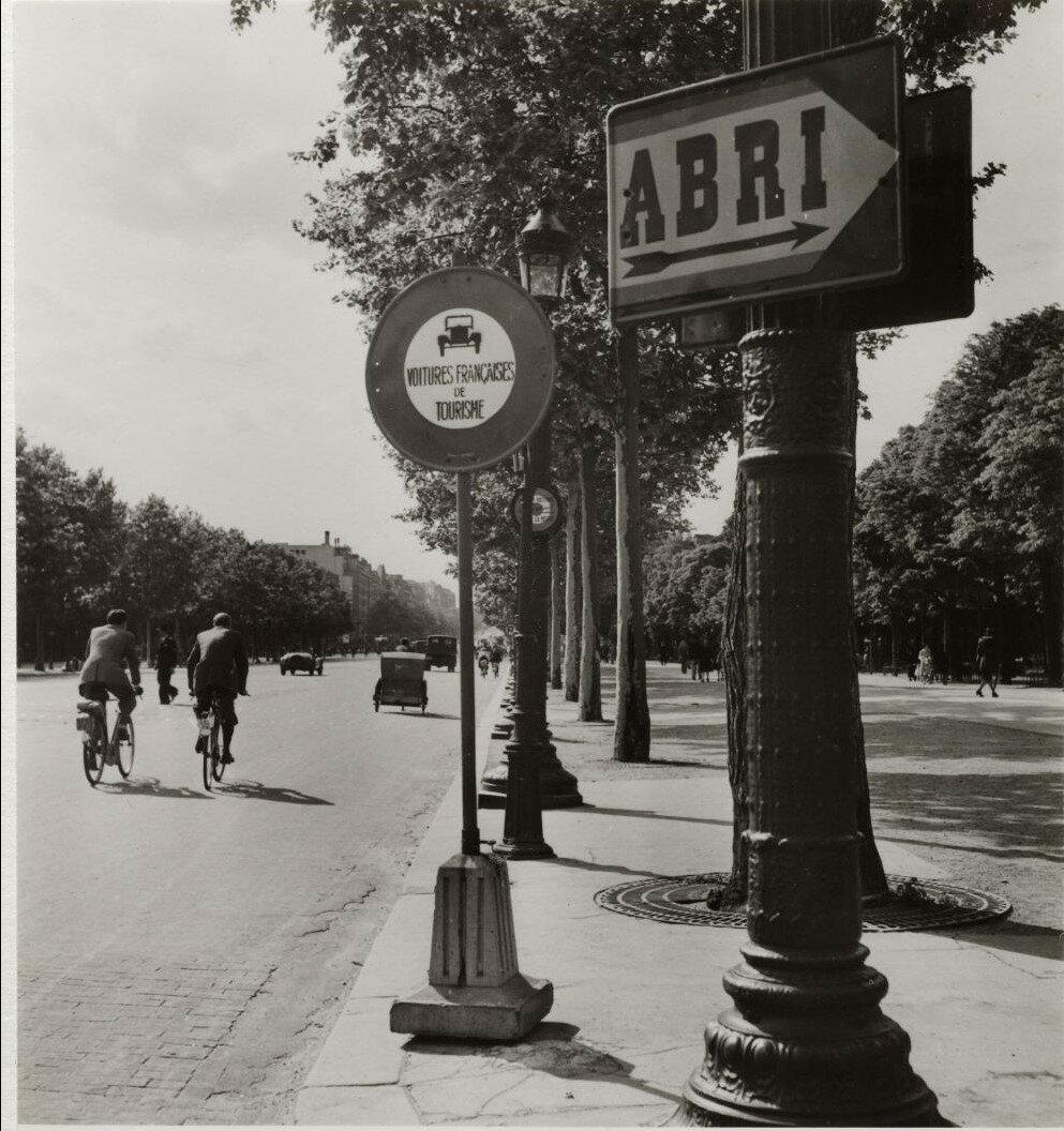 Елисейские поля. Знаки «Укрытие» и «Запрещен проезд французскому транспорту»