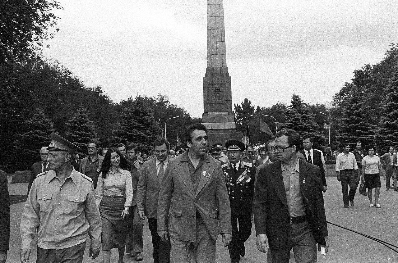 Официальные лица восточногерманской делегации и Советского Союза во время церемонии возложения цветов к памятнику павших борцов