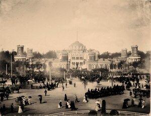 Горожане, военные и гражданские чины, гости, приглашённые на торжества коронации, на площади перед Петровским подъездным (путевым) дворцом.