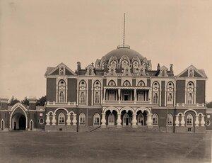 Вид фасада Петровского подъездного (путевого) дворца (выстроен архитектором М.Ф.Казаковым в 1775 -1783 гг. для императрицы Екатерины II).