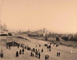 Вид на Кремль со стороны Замоскворечья;на первом плане-горожане на Софийской набережной Москвы-реки;в центре-Большой Каменный мост.