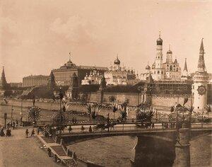Вид на Кремль со стороны Замоскворечья;на первом плане-празднично украшенный к торжествам коронации Большой Москворецкий мост.