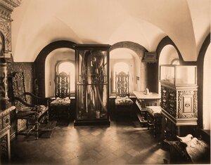 Вид комнаты в палатах бояр Романовых, где находилось [оружие].