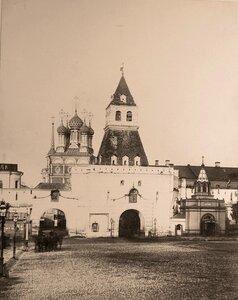 Вид части площади и Ильинских ворот (в центре) в Китай-городе;справа - памятник-часовня гренадерам,павшим под Плевной.