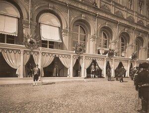 Дворцовые служащие у главного подъезда Большого Кремлёвского дворца в дни коронационных торжеств.