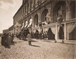 Группа горожан, военные и гражданские чины. дворцовые служащие у главного подъезда Большого Кремлёвского дворца в дни торжественной коронации.