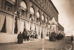 Экипаж участников торжественной коронации у главного подъезда Большого Кремлёвского дворца.
