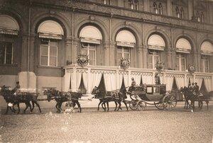 Экипажи участников торжественной коронации у главного подъезда Большого Кремлёвского дворца.