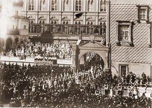 Члены иностранных делегаций, приглашенные на торжества коронации, направляются от Красного крыльца Грановитой палаты к Успенскому собору.